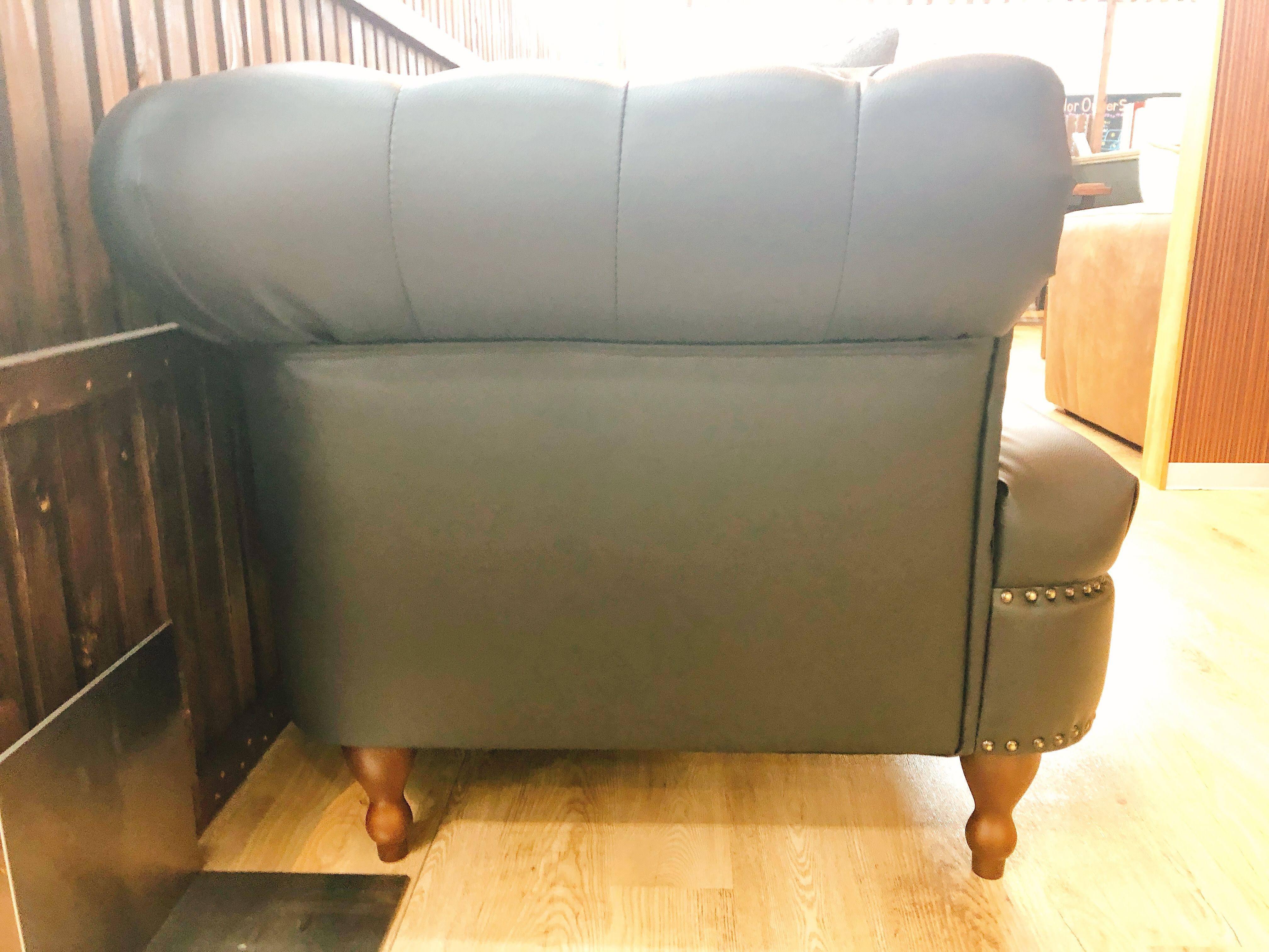 コンパクトサイズのチェスターソファー メーカー完売品 1本限りの画像3