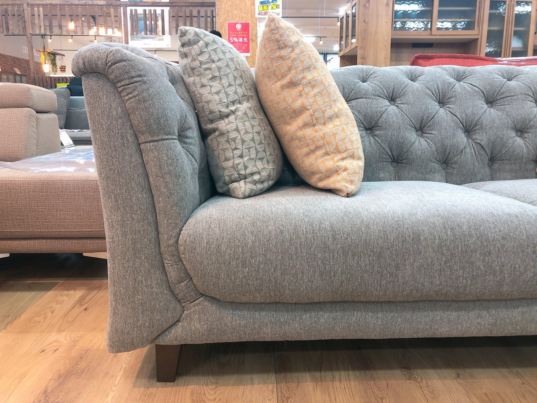 こだわりのデザイン クッション4個付き ファブリック3人掛けソファーの画像2